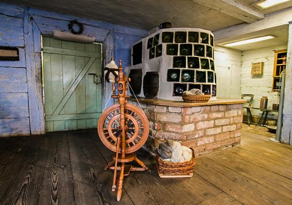 Bauernstube mit Kachelofen und Spinnrad im Freilandmuseum Lehde,Foto: Museum OSL